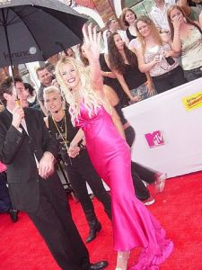 Actress Anna Nicole Smith waving on the red carpet at the 2005 MTV Video Music Awards